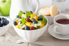 Salade de fruits avec la myrtille de kiwi de mangue pour le petit déjeuner Photographie stock