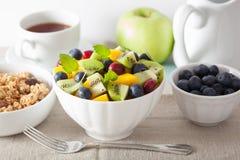 Salade de fruits avec la myrtille de kiwi de mangue pour le petit déjeuner Images stock