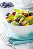 Salade de fruits avec la myrtille de kiwi de mangue pour le petit déjeuner Image libre de droits