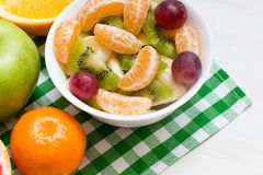 Salade de fruits avec les fruits savoureux du plat blanc, concept sain, fin  photo stock