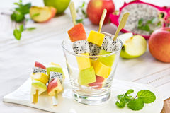 Salade de fruits [brochette de salade de fruits] Photo libre de droits