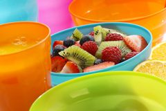 Salade de fruits dans la cuvette bleue Images libres de droits