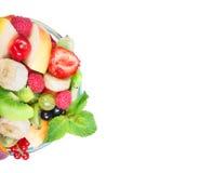 Salade de fruits dans la cuvette en verre images stock