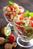 Salade de fruits dans un bol en verre photographie stock