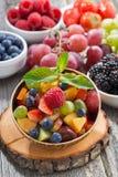 Salade de fruits dans une cuvette en bambou et des baies fraîches, verticales Photo stock