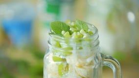 Salade de fruits dans une tasse en verre banque de vidéos