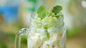 Salade de fruits dans une tasse de glaas clips vidéos