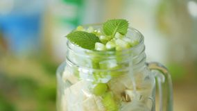 Salade de fruits dans une tasse de glaas banque de vidéos