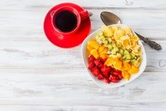 Salade de fruits de cornflakes et d'arc-en-ciel, fraise, café pour b Photos stock