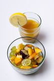 Salade de fruits et jus d'orange d'isolement sur le fond blanc. Images libres de droits