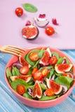 Salade de fruits et légumes avec la fourchette en bois, concept de mode de vie sain et nutrition photos libres de droits