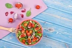 Salade de fruits et légumes avec la fourchette en bois, concept de la nutrition saine photos libres de droits
