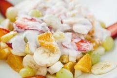 Salade de fruits fraîche avec du yaourt Photographie stock libre de droits