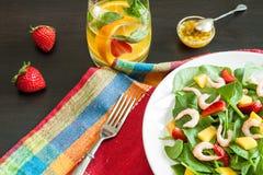Salade de fruits fraîche d'épinards Photographie stock libre de droits