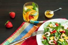 Salade de fruits fraîche d'épinards Images stock