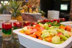 Salade de fruits fraîche d'été avec la gelée assortie Image libre de droits