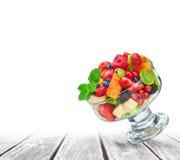 Salade de fruits fraîche dans la cuvette en verre Images stock