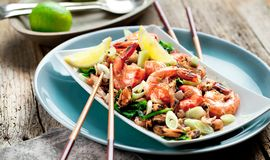 Salade de fruits de mer avec des crevettes roses, moules, calmars, poulpe décoré du persil photographie stock libre de droits