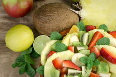 Salade de fruits nouvellement préparée avec de divers fruits frais et organiques Photos stock