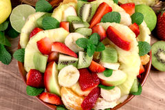 Salade de fruits nouvellement préparée avec de divers fruits frais et organiques Photographie stock