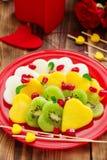 Salade de fruits sous forme de coeurs Photographie stock libre de droits