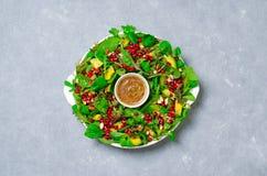 Salade de guirlande de Noël avec la grenade, l'avocat, la préparation de salade, l'amande et le habillage de Miel-moutarde, conso photos libres de droits