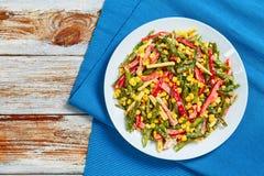 Salade de haricots verts, de maïs, de jambon et de fromage photo libre de droits