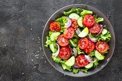 Salade Salade de légume frais avec la tomate, le concombre, la laitue et l'oignon rouge photographie stock libre de droits
