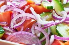 Salade de légume frais avec la vue d'oignon et de macro de tomates Photos stock