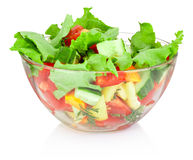 Salade de légume frais dans le bol en verre d'isolement sur le fond blanc photo libre de droits