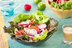Salade de légumes avec le radis et le sésame noir photographie stock