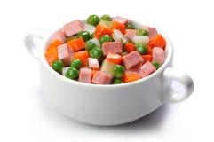 Salade de légumes avec les saucisses bouillies sur le fond blanc Photos stock