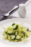 Salade de légumes frais avec le chou et le concombre Photo stock