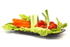 Salade de la plaque d'isolement sur le blanc Photos stock