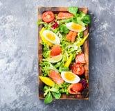 Salade de laitue avec des saumons photo libre de droits