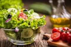 Salade de laitue avec du fromage et des olives d'oignon de tomates images libres de droits