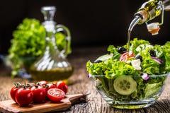 Salade de laitue avec du fromage et des olives d'oignon de tomates photographie stock libre de droits