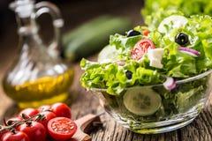 Salade de laitue avec du fromage et des olives d'oignon de tomates photos stock
