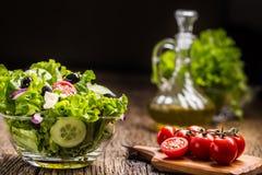 Salade de laitue avec du fromage et des olives d'oignon de tomates images stock