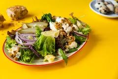 Salade de laitue avec la poire, la noix, le fromage et l'oignon image stock