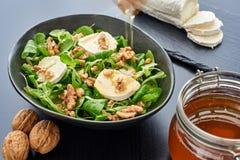 Salade de mâche, fromage de chèvre, noix, miel de égouttement photos libres de droits