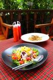 Salade de mélange dans une cuvette Images stock