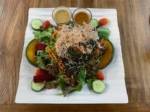 Salade de mélange sur le fond de table image libre de droits