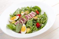 Salade de Nisuaz avec le thon avec de la sauce à anchois images stock