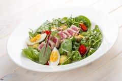 Salade de Nisuaz avec le thon avec de la sauce à anchois images libres de droits