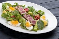 Salade de Nisuaz avec le thon avec de la sauce à anchois photo libre de droits