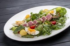 Salade de Nisuaz avec le thon avec de la sauce à anchois photos libres de droits