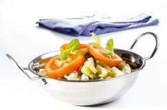 Salade de pâtes avec des parts de tomate Photo stock