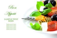 Salade de pâtes avec du feta et des olives Photo stock