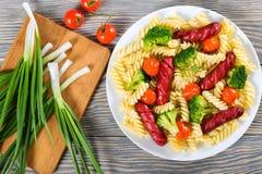 Salade de pâtes avec le brocoli et les saucisses grillées photo libre de droits